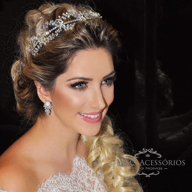 Combinação de mini pérolas e Swarovski de forma leve e romântica. A proposta desta tiara é deixá-la  confortavelmente linda ❤️ #glamsacessorios #vestidodenoiva #noivadoano #moema #campobelo #penteadodenoiva