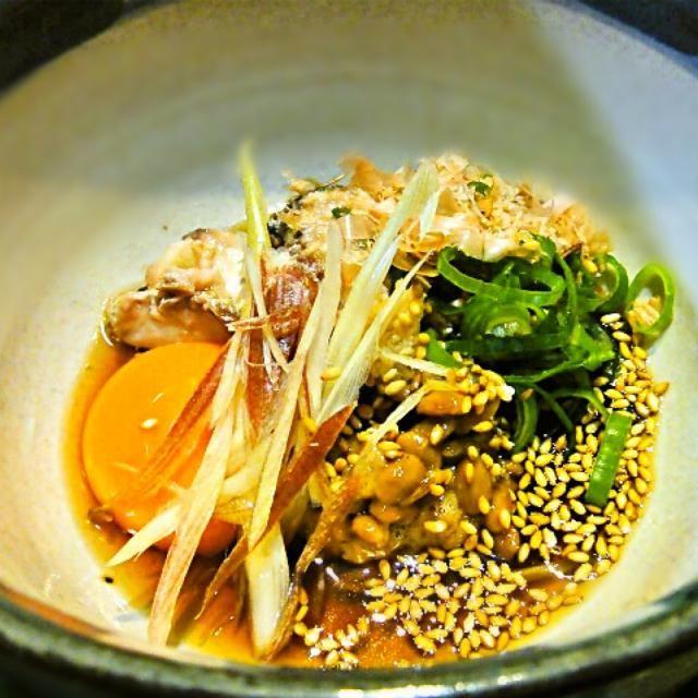 納豆、鯖の水煮、卵黄を混ぜたつけダレに鍋で茹でているうどんを引きずるように入れて食べます。とても、美味しい。納豆が食えるようになり5年目に突入、幸せです。笑 - 117件のもぐもぐ - ひっぱりうどん by hisoka7