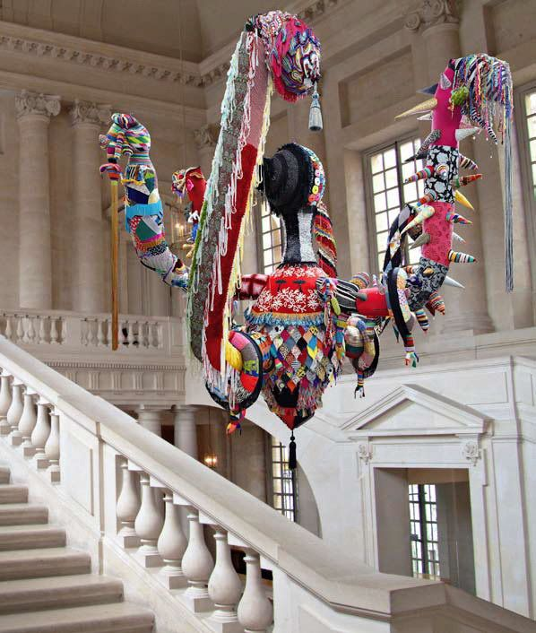 Joana Vasconcelos:  Mary Poppins, 2010. Tricot et crochet en laine faits à la main, maille industrielle, tissus, ornements, polyester, câbles en acier 700 x 600 x 600 cm. Expo Château de Versailles