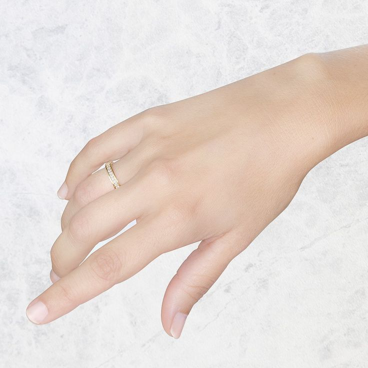 Anillo de diamantes en oro amarillo de 18 quilates. Tiene 11 diamantes en forma de carril.  Una joya única y exclusiva. #diamantes #argyor