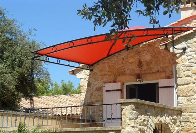 Fabrication et installation d'une toile de pergola en Soltis 92 (Serge Ferrari). Confection avec œillets tous les 30cm et tension de la toile par système de laçage périphérique.