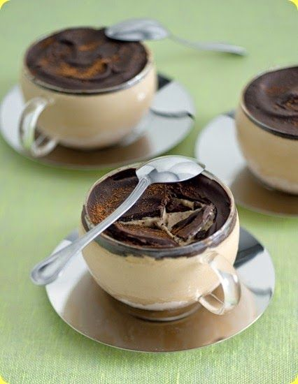 Semifreddo al caffè Ingredienti: per 6 persone          3 dl di panna fresca         15 cl di caffè         60 g di zucchero         80 g di cioccolato fondente         4 tuorli         2 cucchiaini di caffè liofilizzato in polvere         1 pizzico di sale         cannella in polvere          In alternativa al cioccolato fondente potete sciogliere e versare sui semifreddi del cioccolato bianco aromatizzato con scorzette di arancia candita tritata.