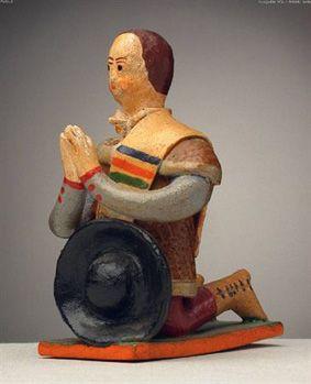 Pastor ofertante de manta, ajoelhado, a rezar com o chapéu à frente (8,5 x 5,3 cm). Autor desconhecido (séc. XX). Museu Nacional de Etnologia, Lisboa.