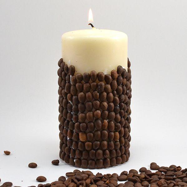 Свечи своими руками в домашних условиях (56 фото) http://happymodern.ru/svechi-svoimi-rukami-v-domashnix-usloviyax-56-foto/ Свеча, украшенная зернами кофе
