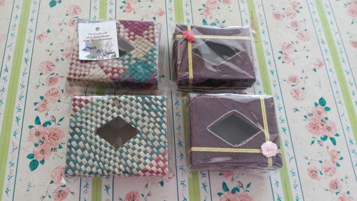 Kotak tissue traveler. Ukurannya mini, ringkes dibawa2. Tissue jadi ngga berantakan dalem tas :)