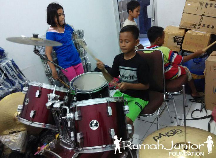 Rumah Junior mengajarkan Kelas Musik GRATIS bagi anak-anak Pra-sejahtera Pukul 13.00 - 16.00 wib bertempat di Ruko mutiara taman palem blok A-17 No. 38, Cengkareng, Jakarta Barat