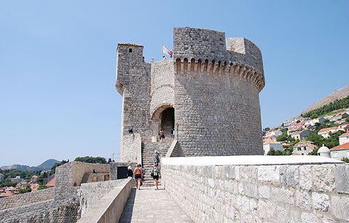 Ez a Minceta erőd. Dubrovnik északi végén helyezkedik el. Ő Dubrovnik legerősebb pontja. Sok Trónok harca jelenetet itt forgattak, így nagyon népszerű látványosság. #dubrovnik #minceta
