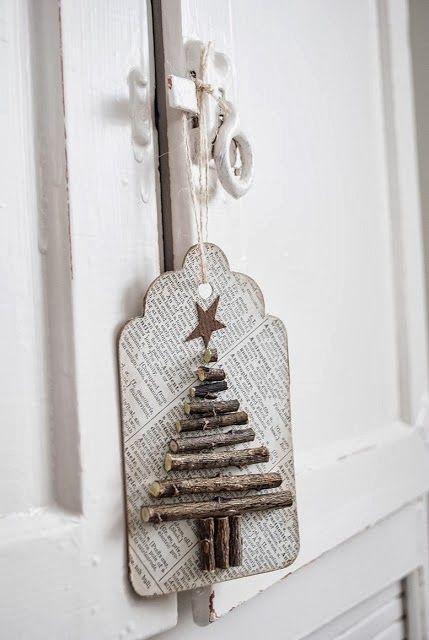 Papeis e tecidos acompanhados de uma profusão de ideias é tudo o que você precisa para ter um Natal original e econômico. ...