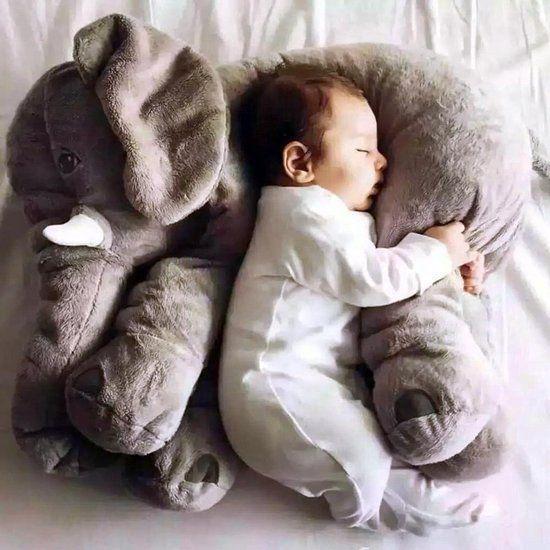 Olifant Kussen: Op dit lekkere zachte olifant kussen zal elk baby'tje als een roos slapen. Een heel leuk kraamcadeautje om… #gadget #cadeau