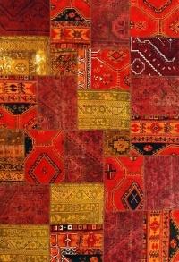 Alfombra tipo patchwork hecha con trozos de alfombras persas antiguas, tejida con lana a mano y sometida a proceso de color para dar un look contemporáneo y moderno.  Pieza única.  Entrega inmediata previa confirmación de stock.
