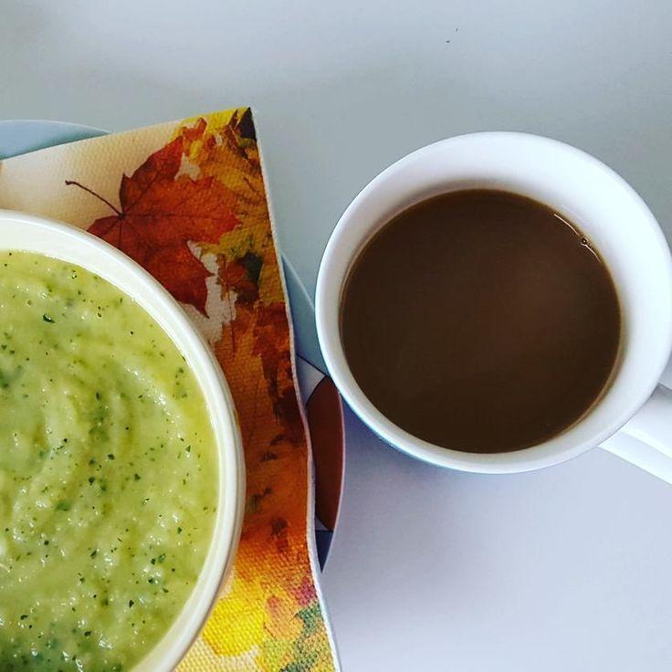 Herfst lunchtijd... Natuurlijk met een lekkere hete koffie.  #lunch #lunchtijd #lunchtime #broccoli #broccolisoup #broccolisoep #koffietje #koffietijd #mykaffee #nocoffeenoworkee #butfirstcoffee #maareerstkoffie #coffeeshots #autumn #fall