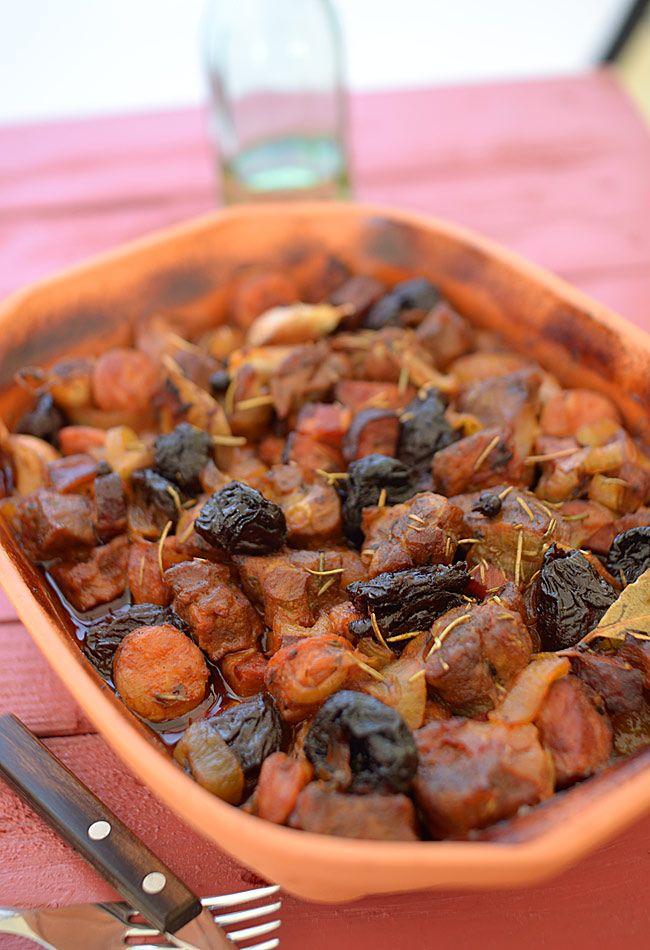 """Jesienny garnek """"cztery mięsa i śliwki"""" - MniamMniam.pl"""