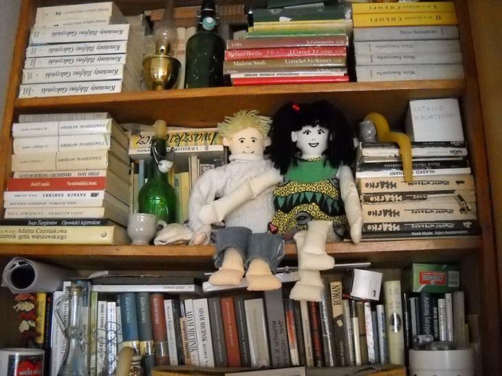 """Zdjęcie biblioteki p. Magdaleny Tarasiuk:  """"Wysyłam zdjęcia biblioteczki, która odpowiada charakterowi właścicielki: pazerność na radość, otwartość i talent! Dowód na to, że bałagan może być piękny!"""""""