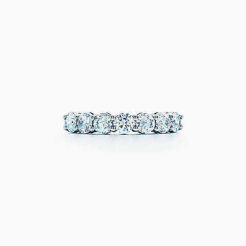 Anel de diamantes com cravação partilhada  em platina, largura de 3,5 mm.