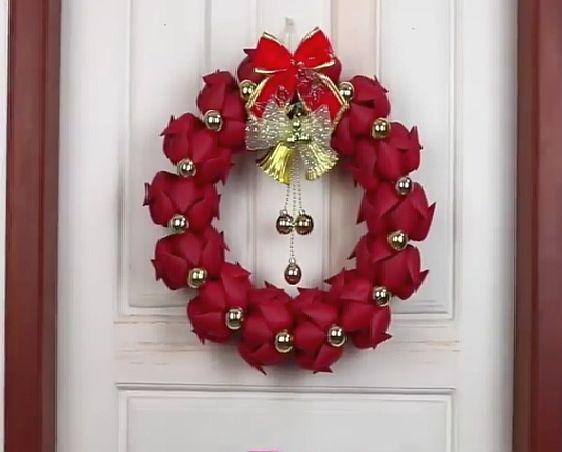 Vianočný veniec sa dá urobiť z kadečoho. Ja mám najradšej prírodný materiál, ale som fanúšik recyklovania, takže toto sa mi páči tiež:)