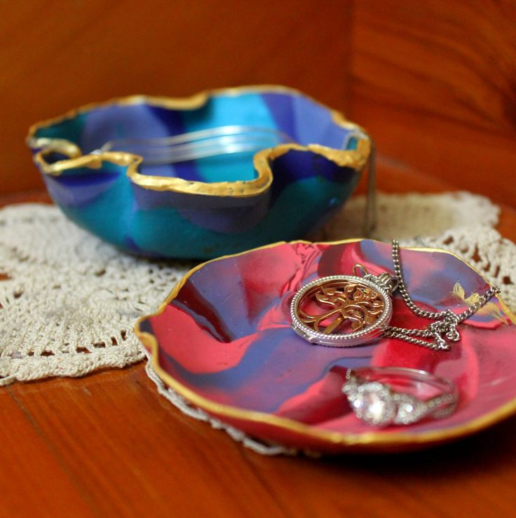 Step by Step Instructions on how to make these eye-catching Marbled Clay Jewelry dishes!