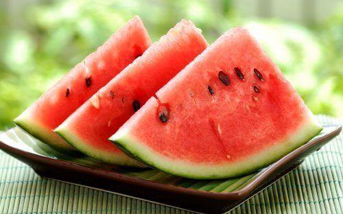 Watermeloen is een extreem gezonde fruitsoort. Het is perfect om je gehydrateerd te houden en de gifstoffen uit je lichaam te verwijderen. Echter, we missen vaak een deel van de watermeloen wanneer we het eten: zijn schil. Normaal gesproken eindigt deze in de vuilnisbak, ondanks zijn krachtige eigenschappen. Weet jij welke dit zijn?