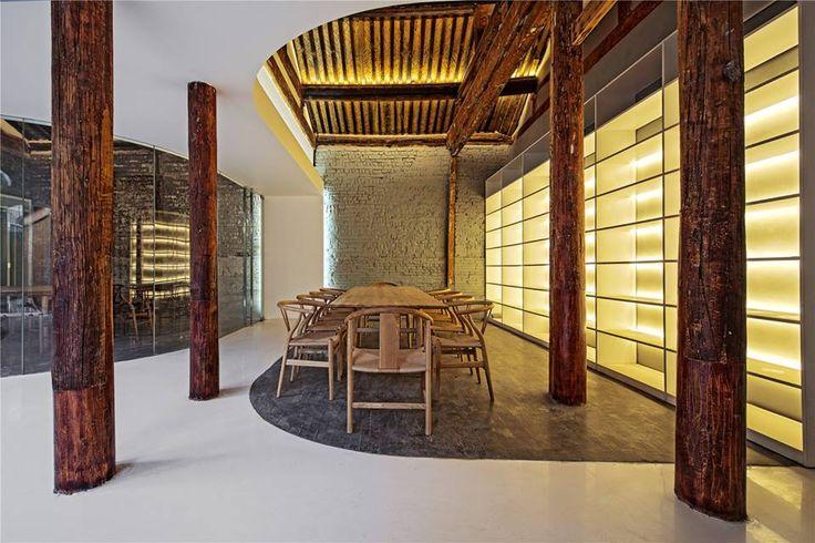 胡同茶舍——曲廊院 這個建築位於北京舊城胡同街區內,是建筑营设计工作室的作品。用地是一個佔地面積約450平米的L型小院。院內包含5座舊房子和幾處彩鋼板的臨建。院子原本是某企業會所,後因經營不善而荒廢。在擱置了相當一段時間之後,小院現在即將被改造為茶舍,以供人飲茶閱讀為主,也可以接待部分散客就餐。 via 建筑营设计工作室