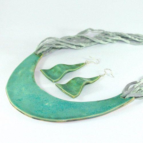 """Autorský originální šperk z kolekce """"Ve znamení luxusu"""".  Keramický šperk zavěšený na osmi hedvábných šňůrkách v šedostříbřité barvě, americké zapínání. Náušnice jsou zavěšeny na stříbrných Ag 925 afroháčcích se silikonovými zarážkami, oboustranná glazura.  Délka závěsu - 54cm včetně přívěškové části ( lze upravit )  Rozměr přívěšku - š.14,2cm x v.9cm  Váha 1 náušnice - 3g  Rozměr náušnice - š.3cm x v.5,1cm ( rozměr bez afroháčku )"""