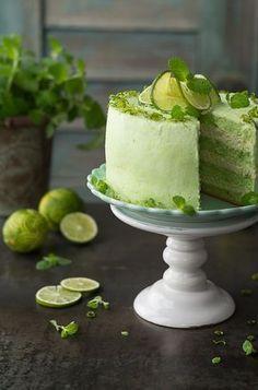 Bardzo orzeźwiający i wiosenny tort Mojito. Przygotowany na zielonym biszkopcie z dodatkiem herbaty matcha. Biszkopty zostały nasączone intensywnie limonkowym syropem i przełożone lekkim, puszystym angielskim kremem miętowym.