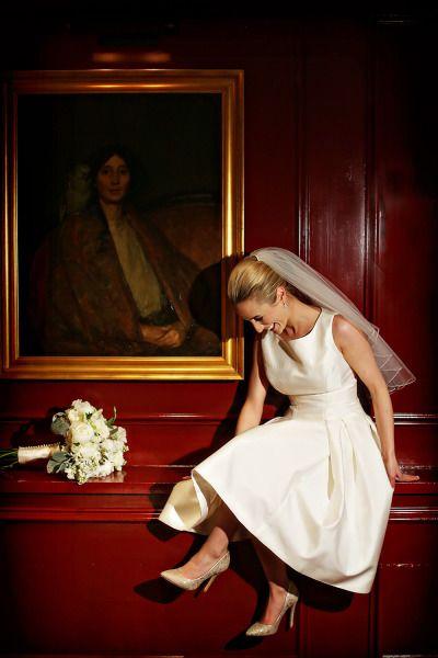 Este lindo vestido de noiva simples em comprimento midi é perfeito para um casamento civil elegante e discreto.