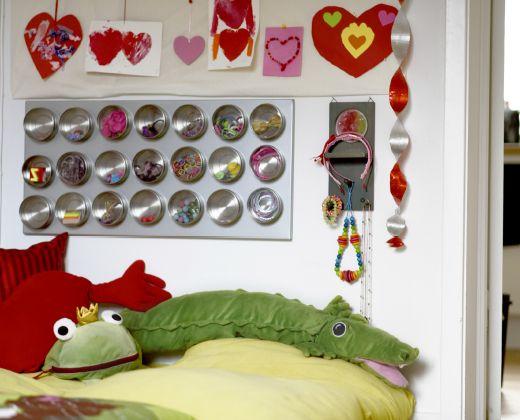 Sala de juegos con una solución de almacenaje hecha con tarros de especias y un tablón magnético