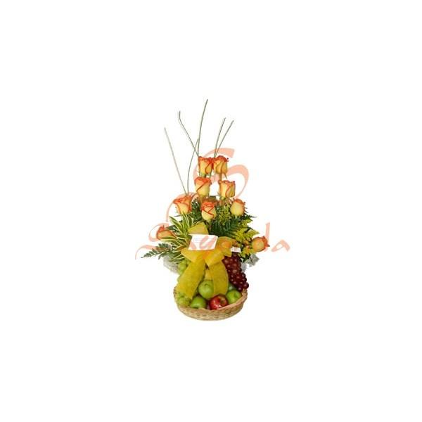 Arreglo compuesto por:        8 Rosas Amarillas Bicolores      Follaje helecho cuero      Canción de la India      Frutas Surtidas