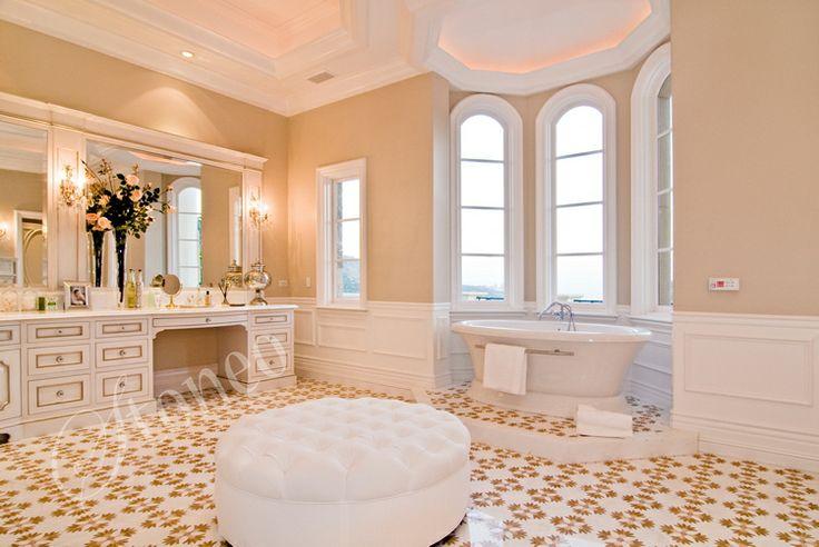 Przestronna łazienka z wolnostojącą wanną