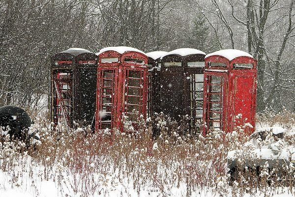 Abandoned red telephone boxes appear to be huddling together in the cold.... pic.twitter.com/6RRKXk04r3