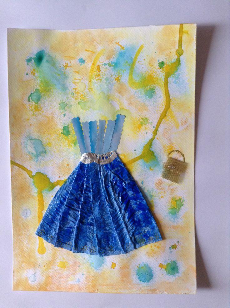 Opdracht: jurk Feestjurk Papieren zakdoek in meerdere tinten blauw geverfd. Reepjes foto, stukje goudband. Randje van een papieren taart onderzetter, zilver geverfd.