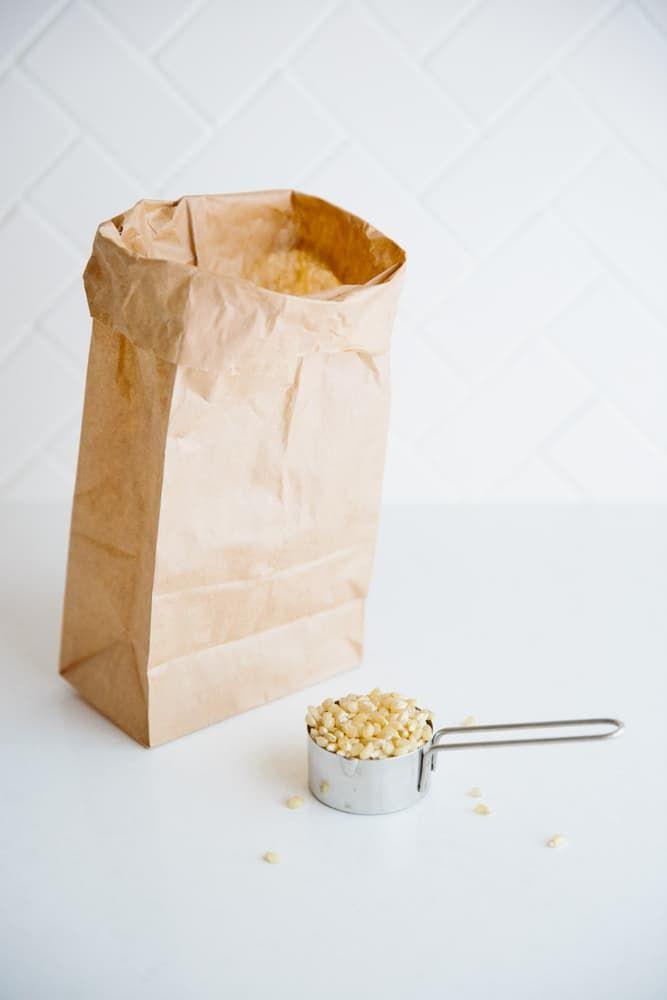 映画を観るとついついポップコーンが食べたくなりませんか?実はポップコーンは電子レンジで3分チンするだけで簡単に作ることができるのです。行列に並ばなくても美味しく楽しめるポップコーンのレシピ、ご紹介します。