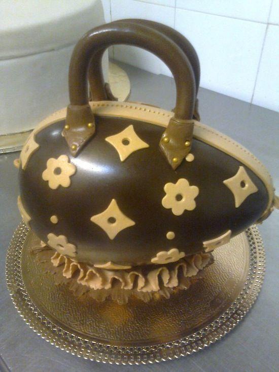 Non potevo non segnalare questo delizioso uovo di cioccolato trasformato in borsetta Vuitton!!!!!