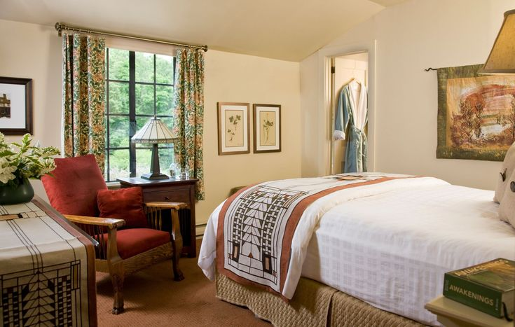 This top-floor room overlooks the gardens and the Potting Shed gift shop and offers a queen bed, private bath, comfy reclining chair, and dresser. Amenities include a flat-screen TV with …