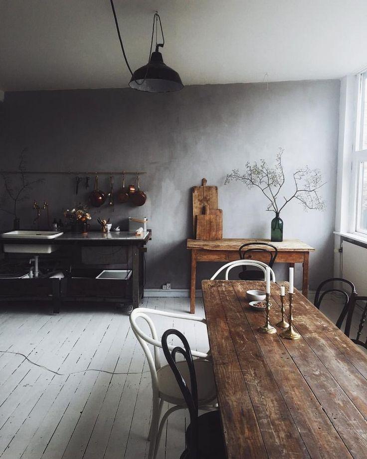rustikale Bauernhausküche mit schönem altem Holzesstisch
