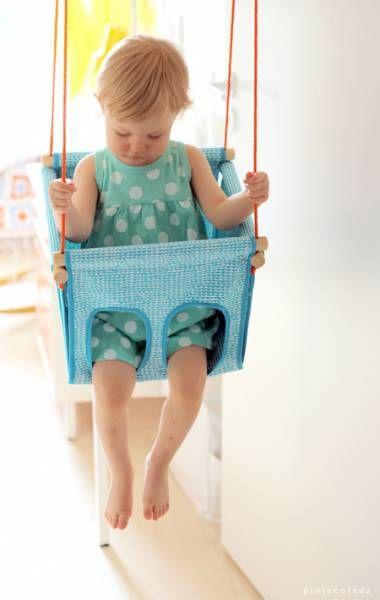 Pinja du blog pinjacolada est finnoise et a fabriqué pour sa fille une balançoire : parfaite pour l'intérieur et les petits enfants (de 1 à 3 ans), vous pourrez la réaliser avec du joli tissu !
