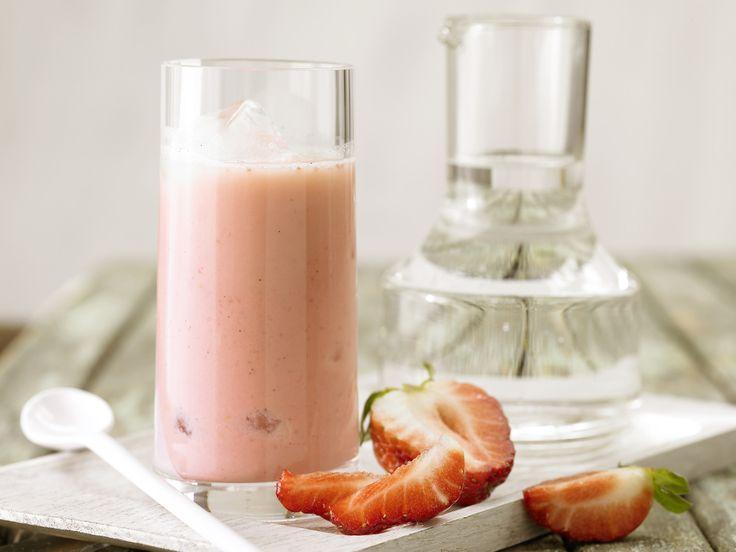 Erdbeer-Smoothie - mit Joghurt - smarter - Kalorien: 102 Kcal - Zeit: 15 Min.   eatsmarter.de Erdbeeren, Joghurt, fertig!