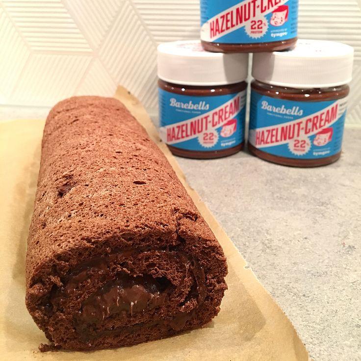 Lätt och nyttig rulltårta 👉🏼 Sätt ugnen på 170 grader, förbered en plåt med bakplåtspapper, vispa 3 dl äggvita hårt, tillsätt 1/2 dl #tyngre kasein vaniljdrömmar, 3 msk kakao, 1 tsk stevia - in i ugnen ca 10 min. Ta ut, låt svalna, bred på #barebells hasselnötskräm i önskad mäng... om det är svårt att få loss från bakplåtspapper lägg den uppochner och pensla med vatten så släpper det lättare.. MyRecipe protein MyFood