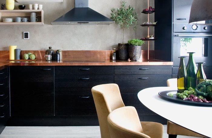 Svart och koppar i ljuv förening i köket