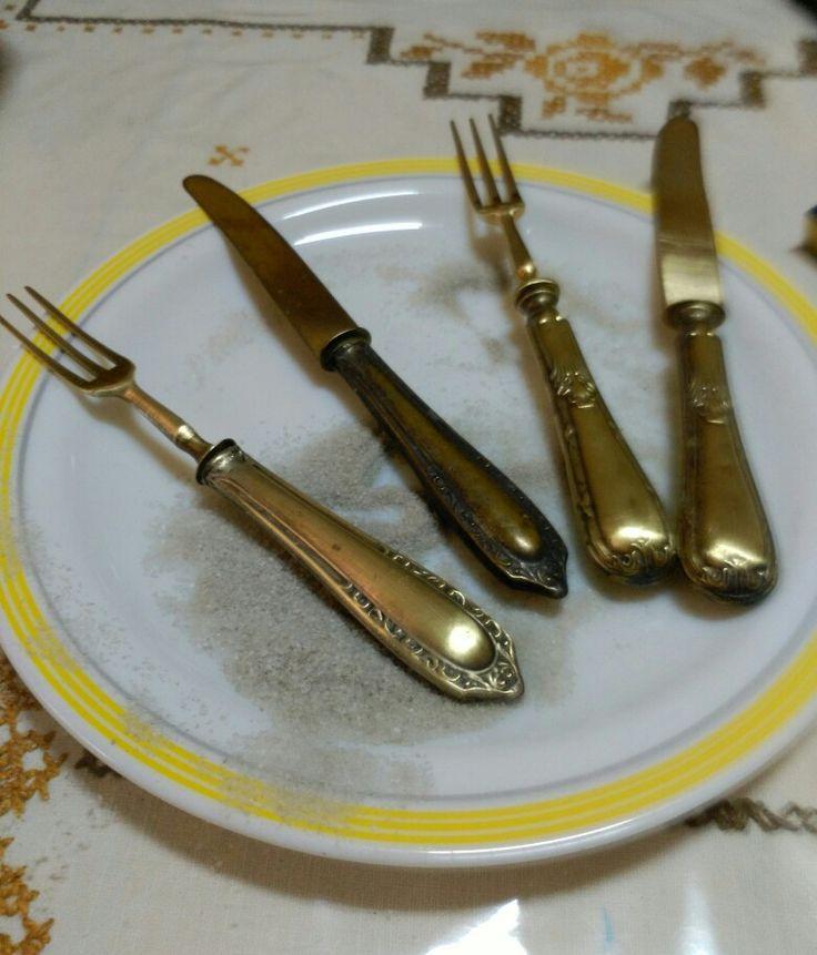 Estoy super contenta hoy en el rastro mercadillo que hacen en Villarreal de cosas antiguas hemos tenido mucha suerte comprando dos juegos de tenedor y cuchillos estoy limpiandolos con sal y han resultado ser de bronce haremos algun detalle bonito para la cocina