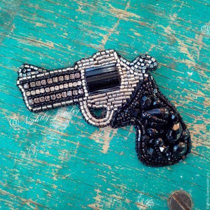 Купить или заказать Брошь 'Револьвер' в интернет-магазине на Ярмарке Мастеров. Брошь 'Револьвер' Вышивка бисером и стразовой лентой. Изнанка: эко кожа p.s. Миниатюрная брошь-револьвер добавит немного дерзости в Ваш образ. БРОНЬ!