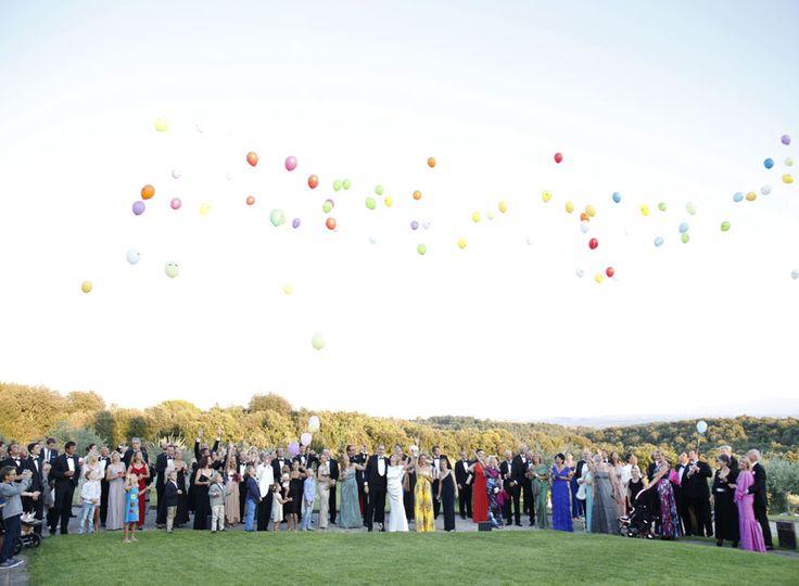 Eine tolle Idee für die Hochzeit: Luftballons steigen lassen