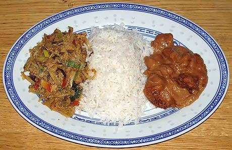 Orak arik (gekruide groenten met eieren) geserveerd met witte rijst en saté babi. Een Indonesisch gerecht bereid door de Happy Chief Cook.