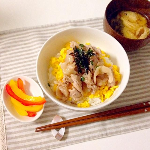 豚しゃぶ用のロース肉を焼き、炒り卵のうえに載せてポン酢ベースのタレをかけ、小葱と刻み海苔をのせてます。 - 15件のもぐもぐ - 焼きしゃぶ丼・味噌汁(あげ×わかめ) by accachan096Y1