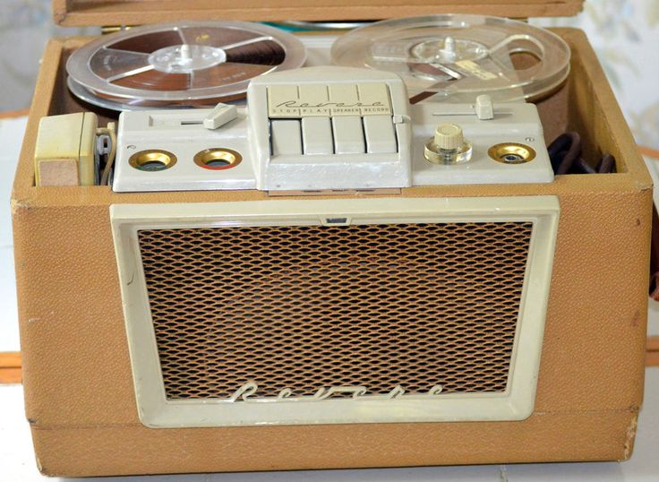 VINTAGE REVERE T-700D REEL TO REEL TAPE RECORDER MIC & REELS TOO, WORKS WELL  !