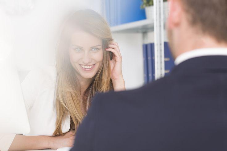 Eigentlich ist Verlieben eine feine Sache. Problematisch wird's, wenn es ausgerechnet ein Chef zum Verlieben ist. Das kann viel Ärger bedeuten, muss aber nicht.    http://karrierebibel.de/ein-chef-zum-verlieben/