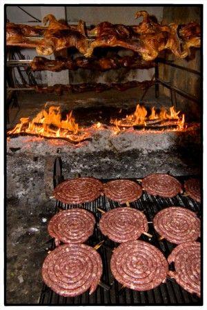 I nostri fuochi sono accesi da questa mattina per il pranzo della domenica. Maialetto arrosto al mirto e salsiccia di maiale.