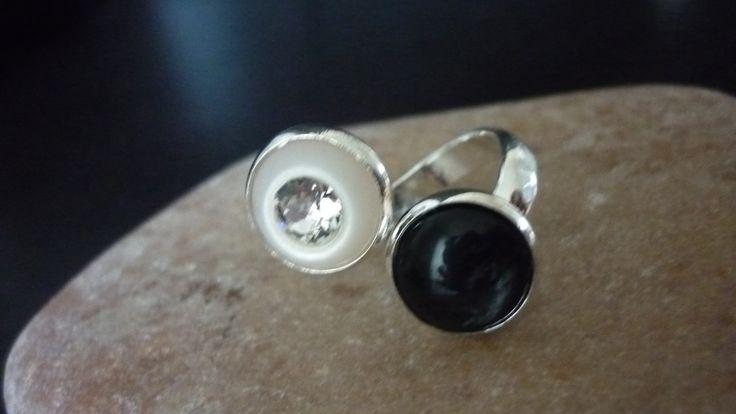 Leuke ringen met dubbele zetting met bv Polaris cabochons  (verstelbaar).In zwart/ wit met strass € 7,50 p.st.