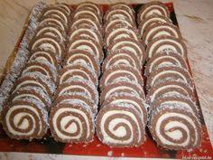 Hozzávalók: 50 dkg darált háztartási keksz 15 dkg cukor 2,5 dkg kakaópor 3 dl tej 1 vanília cukor 1 evőkanál rum aroma Krém: 15 dkg Rama...