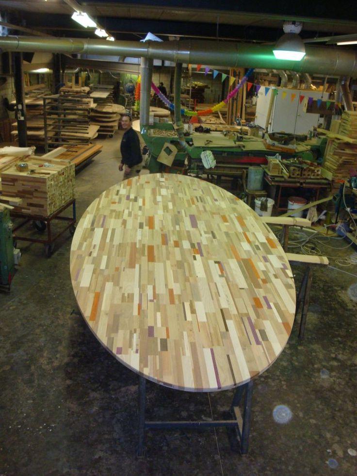 Flink blad uit gerecycled houtafval ruim zes meter lang en 240 breed. Brabants Bont,  No Waste hout uit Loosbroek