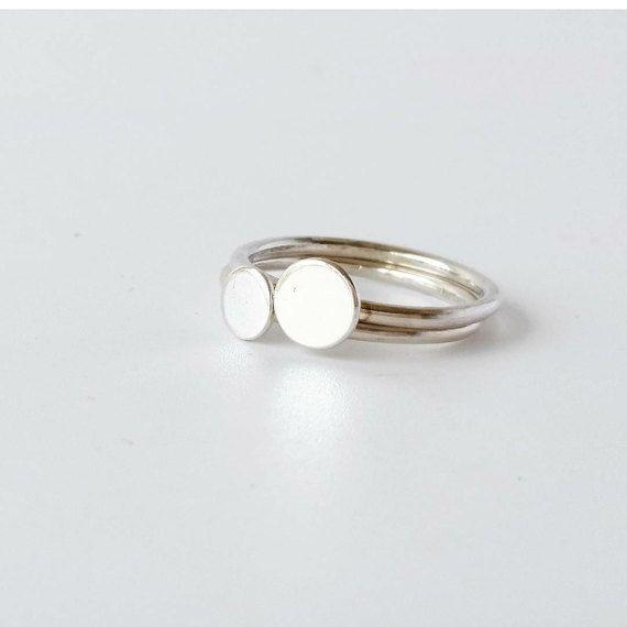 Ring. Sterling Zilver Dotti ring set van twee.   Gemaakt van Eco vriendelijke gerecycleerd Sterling Zilver deze ring is gevormd met behulp van 1,5 mm Sterling Zilver draad en vervolgens een kleine 6mm en 5mm sterling silver leeg heeft zijn gesoldeerd op.  Deze ring ziet er geweldig uit op haar eigen of gestapelde samen met meer van mijn stapelen ringen.   Scripties ringen kunnen worden gemaakt in volle en halve maten dus Selecteer van de maten.   Als u niet zeker weet op maat kunt u hebben…